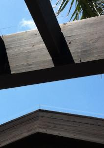 חוט רטט מותקן על גג ועל פרגולה